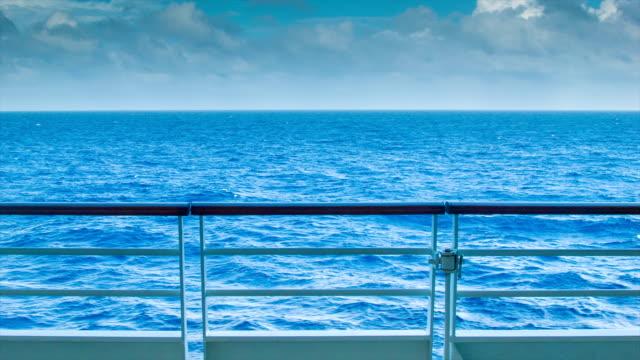 panorama sull'oceano dalla nave in mare - parapetto barriera video stock e b–roll