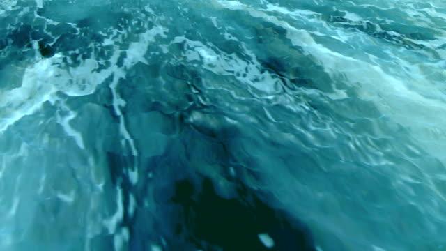 на поверхности - кораблекрушение стоковые видео и кадры b-roll