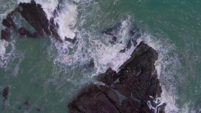 ocean wave aerial view - krajobraz morski filmów i materiałów b-roll