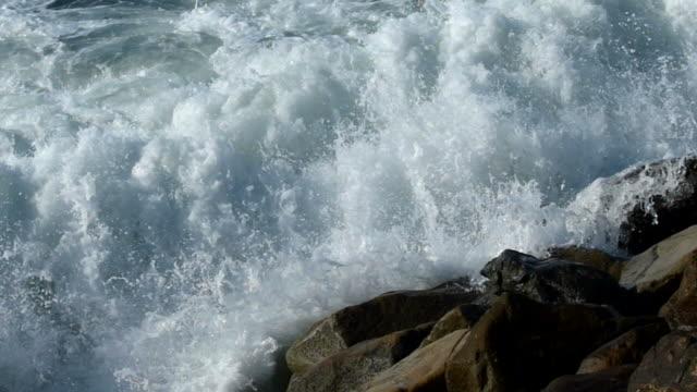 ozean wellen brechen gegen die felsen und entspannung in zeitlupe - erodiert stock-videos und b-roll-filmmaterial