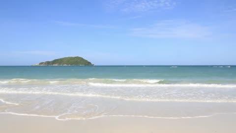 onda oceanica sulla spiaggia sabbiosa - isola video stock e b–roll