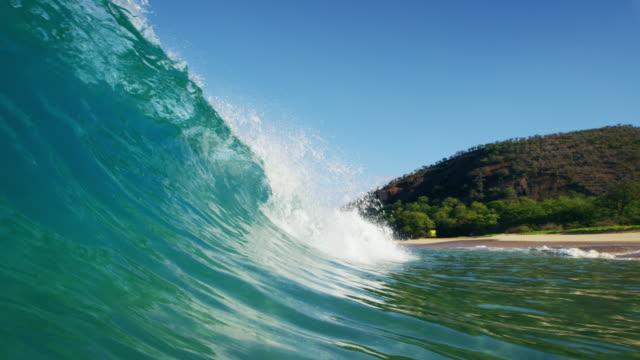 vídeos de stock, filmes e b-roll de onda do mar - tubo objeto manufaturado