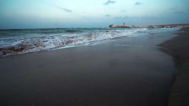 stockvideo's en b-roll-footage met oceaan golven op het strand bij zonsopgang - perzische golfstaten