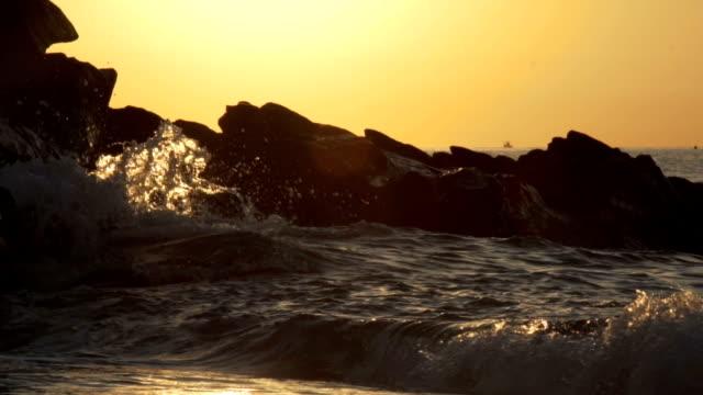 Ozean-Wellen auf die Felsen in den Sonnenuntergang. 120fps – Video
