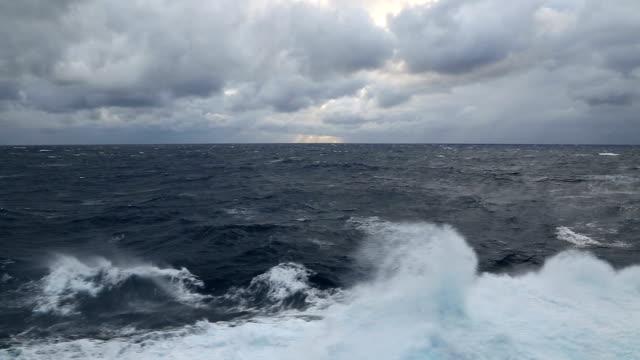 meereswellen an einem stürmischen tag - rau stock-videos und b-roll-filmmaterial