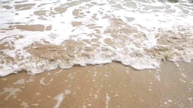 Ocean waves on the beach. - vídeo