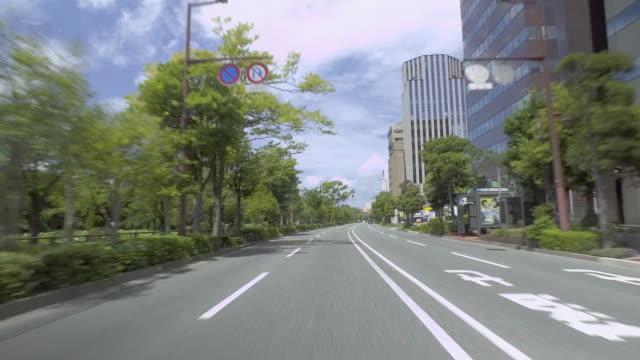 p.o.v .of car driving in urban road (point of view) - пешеходная дорожка путь сообщения стоковые видео и кадры b-roll