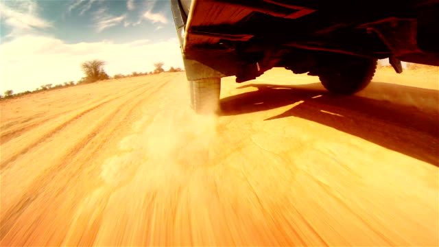 off droga w pustynia w afryce.   z bieżnika opony zbliżenie. - wiejska droga filmów i materiałów b-roll