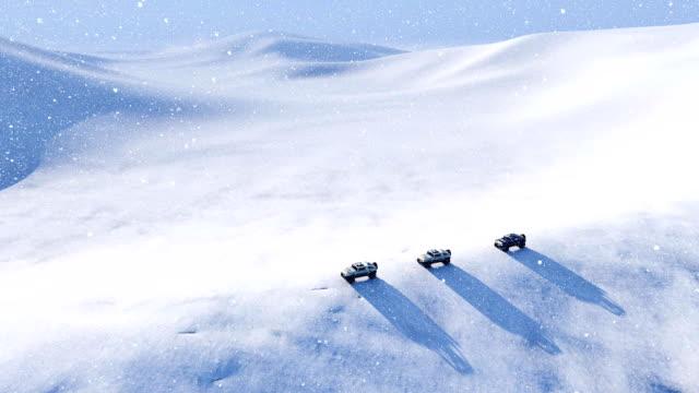 Vehículo de camino en el desierto de nieve en tormenta de nieve - vídeo