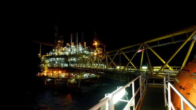 gece off shore petrol platformları - kule stok videoları ve detay görüntü çekimi