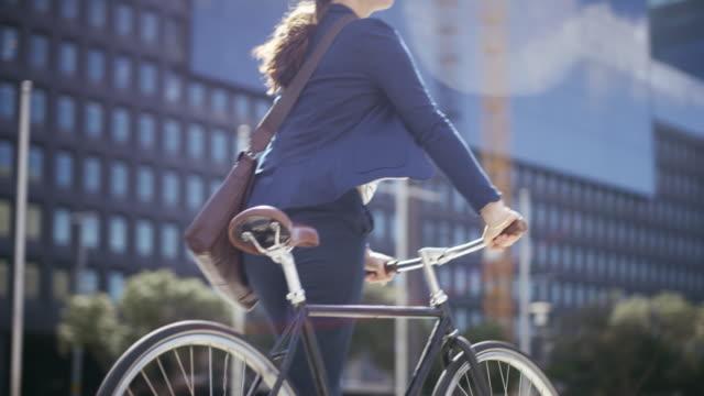 vídeos de stock e filmes b-roll de off to the next meeting - green city
