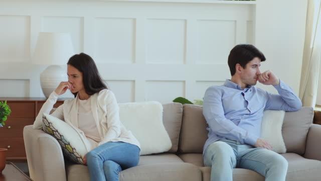 vídeos y material grabado en eventos de stock de ofendió a la pareja casada testaruda evitando hablar después de un conflicto familiar. - luchar