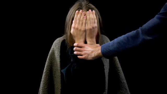 vídeos y material grabado en eventos de stock de delincuente comprobación mano de mujer víctima de violencia doméstica, abuso conyugal - human trafficking