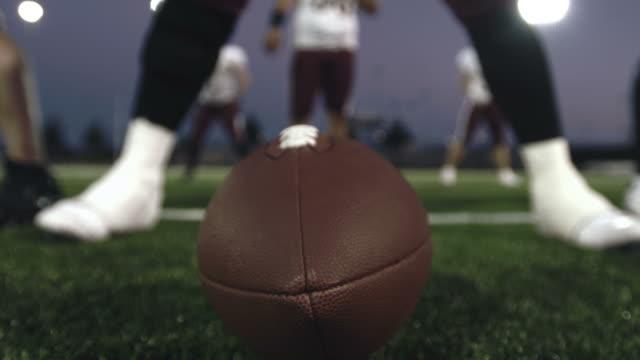 vídeos y material grabado en eventos de stock de atacar los pasos hasta la línea. - fútbol americano