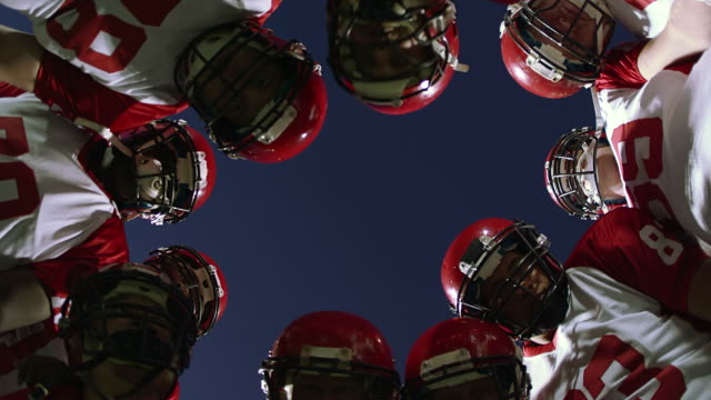 stockvideo's en b-roll-footage met offensive team huddle - huddle