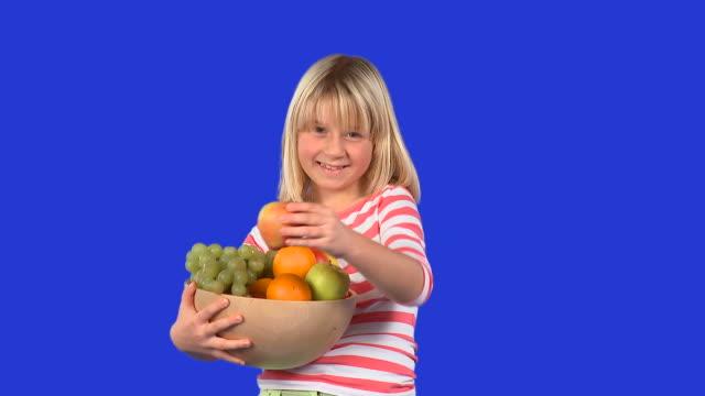 vídeos de stock e filmes b-roll de hd: oferta de frutos - saladeira