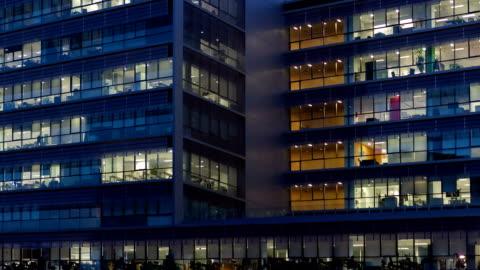 vidéos et rushes de immeuble de bureaux au crépuscule. - panoramique