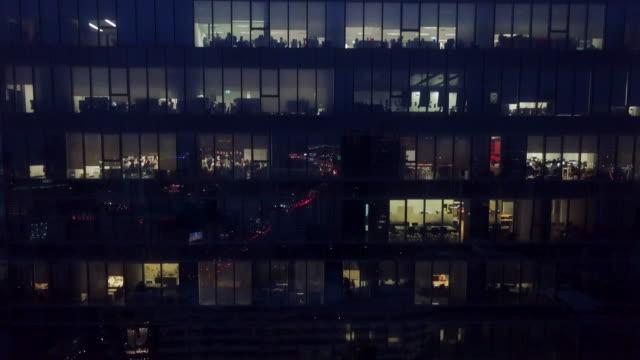 stockvideo's en b-roll-footage met kantoorgebouw in de nacht - overwerken