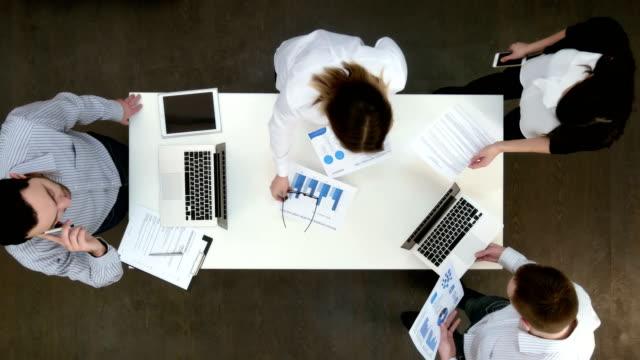 büro-mitarbeiter mit laptops und berichte für geschäftstreffen zu sammeln - reisebüro stock-videos und b-roll-filmmaterial