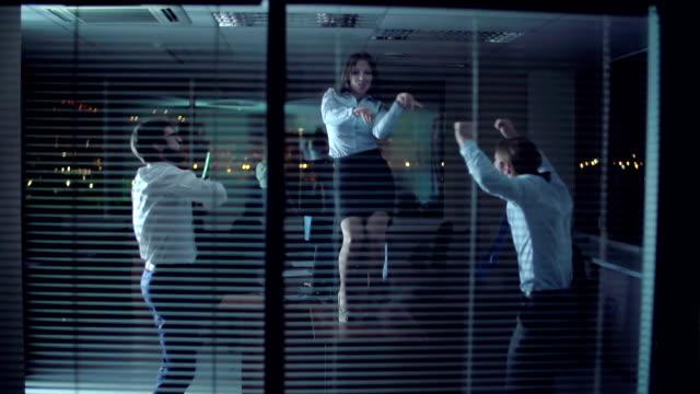 オフィスのダンスパーティー ビデオ
