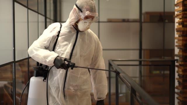 vídeos de stock, filmes e b-roll de desinfecção do escritório durante pandemia covid-19 - higiene