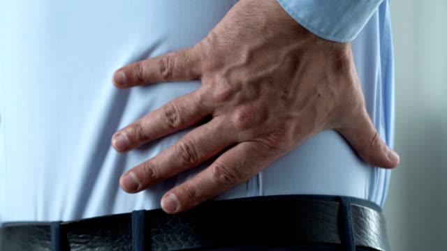 Chef de bureau a la douleur radiculaire tubée par emploi sédentaire, mode de vie inactif - Vidéo