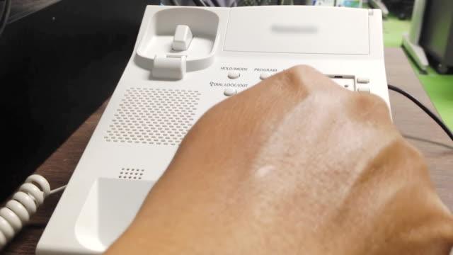 kontor telefonerna använder närbild - hänga bildbanksvideor och videomaterial från bakom kulisserna