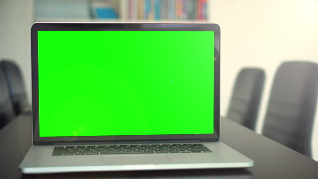 vídeos de stock e filmes b-roll de office shot of green screened laptop screen on desk,dolly shot - espaço vazio
