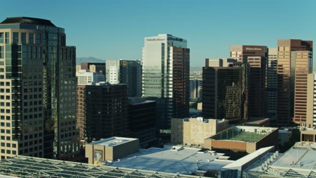 Tours de bureau miroitant dans la lumière du matin dans le centre-ville de Phoenix - Drone Shot - Vidéo