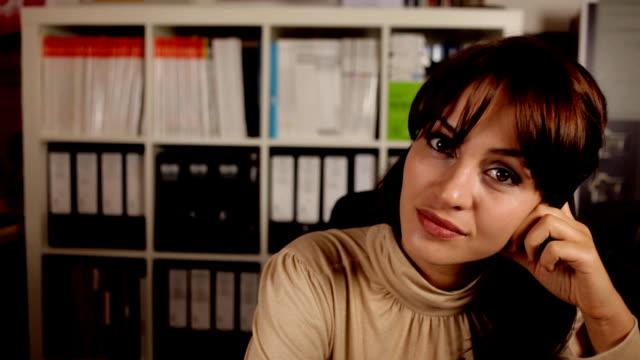 vídeos de stock, filmes e b-roll de mulher de escritório - assistente jurídico