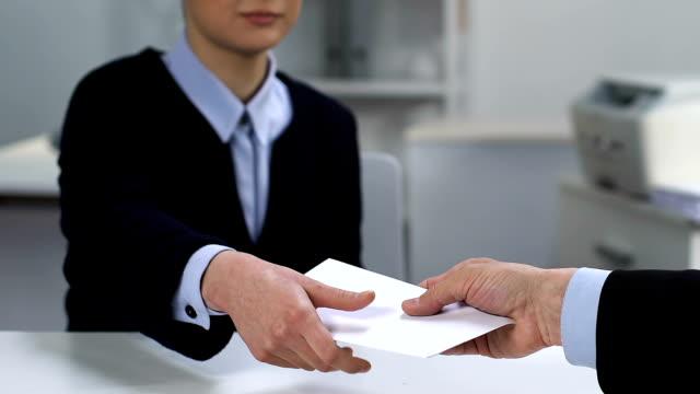 kontorsarbetare som tar kuvert från manlig arbetsgivare, olaglig lön betalning, bonus - kuvert bildbanksvideor och videomaterial från bakom kulisserna