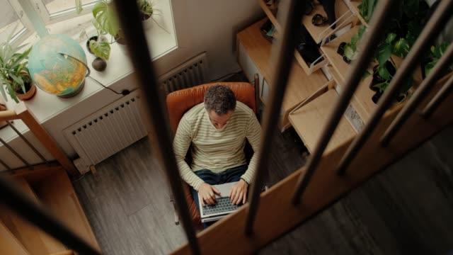 vídeos de stock, filmes e b-roll de trabalhador de escritório trabalha em casa em loft hipster - home office