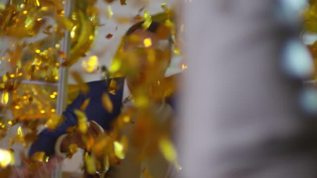vídeos de stock, filmes e b-roll de trabalhadores de escritório, dançando no novo anos festa - festa da empresa