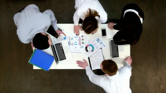 büroangestellte, die ideen für business-präsentation zu diskutieren - reisebüro stock-videos und b-roll-filmmaterial
