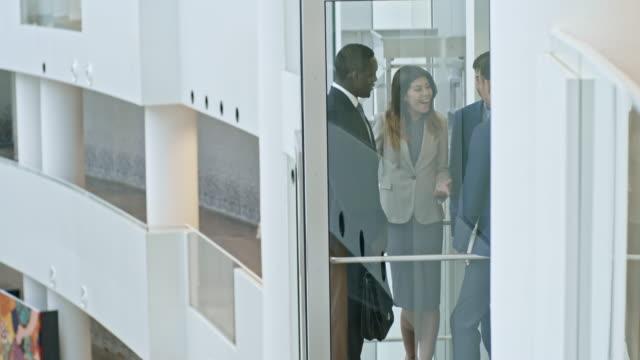 Büroangestellte in den Aufzug hinauf – Video