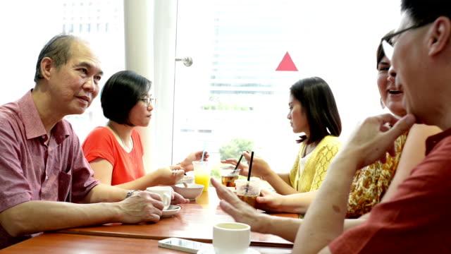 office workers принимая перерыв на обед в ресторанный дворик - филиппинского происхождения стоковые видео и кадры b-roll