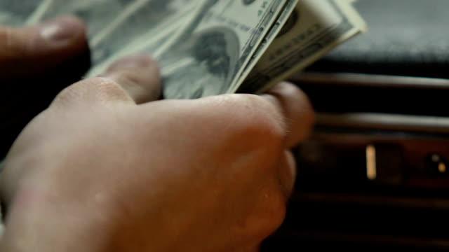 официальный человек подсчета денежных средств и положить в бизнес-кейс, незаконное обогащение - вор стоковые видео и кадры b-roll
