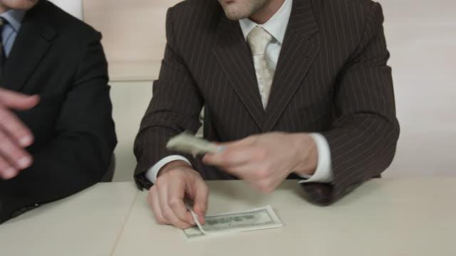 tjänstemän dela upp pengarna. - kriminell bildbanksvideor och videomaterial från bakom kulisserna