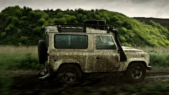 off-road samochodu - wiejska droga filmów i materiałów b-roll