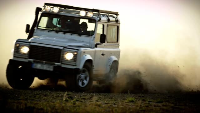 vídeos de stock, filmes e b-roll de veículo off-road - flutuando no ar
