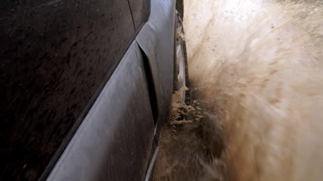 Geländewagen fährt durch Regenpfütze – Video