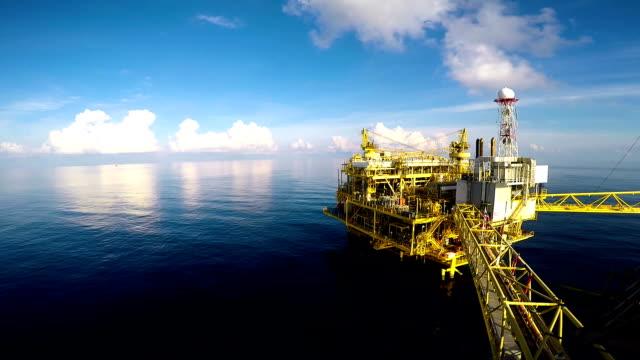 sakin deniz ile offshore merkezi işlem platformu - kule stok videoları ve detay görüntü çekimi