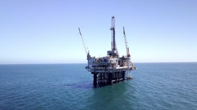 stockvideo's en b-roll-footage met offshore fracking drilling rig in de stille oceaan - aardolie