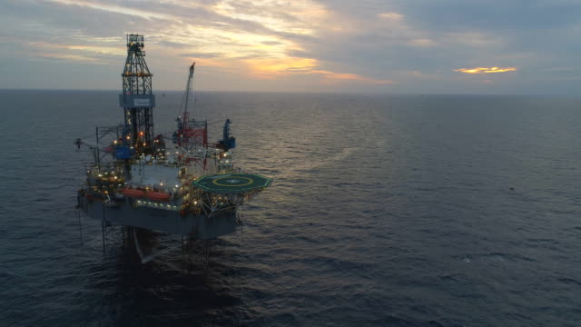 vídeos de stock, filmes e b-roll de setor petróleo e gás produção petróleo conduta offshore - equipamento