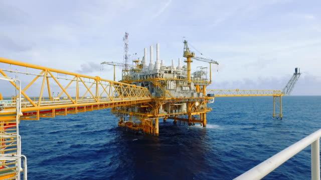 stockvideo's en b-roll-footage met offshore leven op de zee - raffinaderij