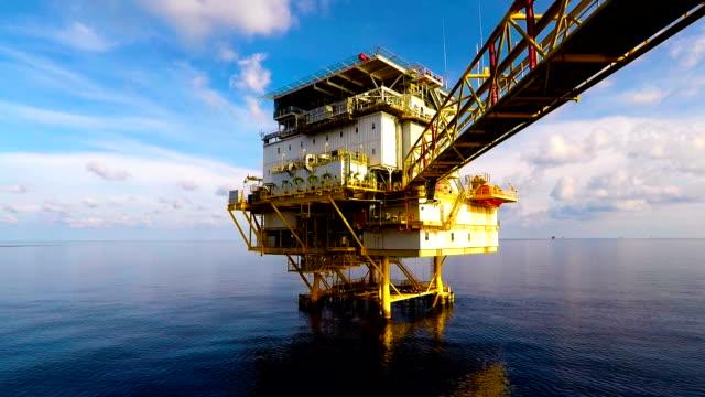 offshore yaşayan çeyrek sakin deniz ile - kule stok videoları ve detay görüntü çekimi