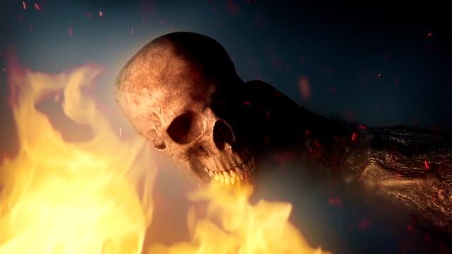 vidéos et rushes de ogre soulève crânes hors du feu et de la fumée - charmeur