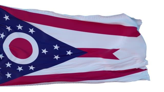 ohio bayrağı i̇zole gerçekçi animasyon. sorunsuz döngü, 4k - columbus day stok videoları ve detay görüntü çekimi