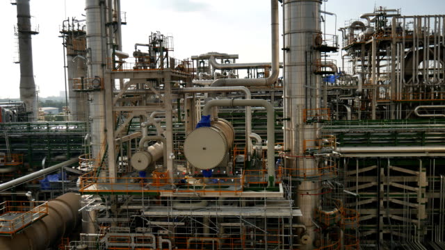 vídeos y material grabado en eventos de stock de planta industrial de refinería de petróleo y químicos, suave panorámica escena - imperfección