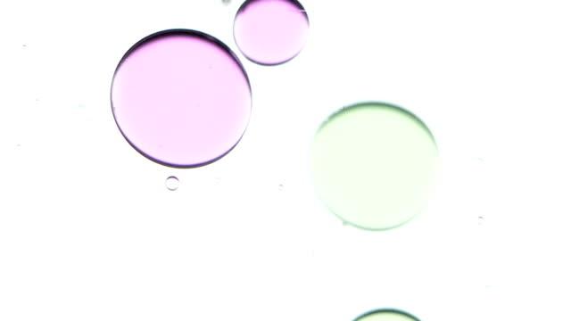 vídeos de stock e filmes b-roll de bolhas de óleo cair. branco. plano aproximado - oleo palma